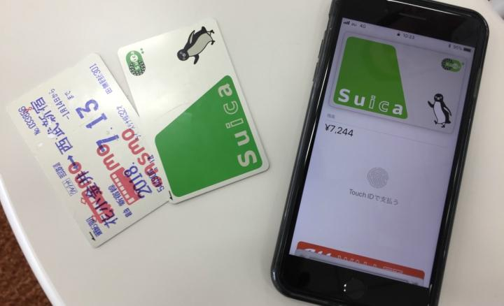picture shows contactless payment cards and Suica on Apple Pay