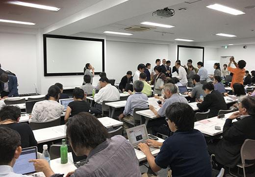 当日、講演開始前の会場内のとてもにぎやかな様子