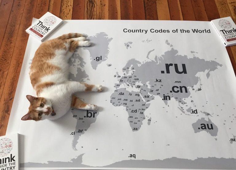 新バージョンの地図と、その上に寝そべった飼い猫のハーラン